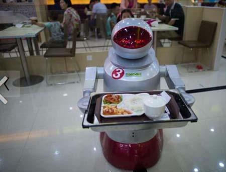 رستورانی جالب با گارسن های ربات (+عکس)
