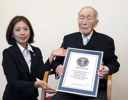 پیرترین معلم جهان به گینس پیوست (+عکس)