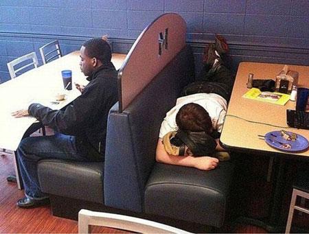 عکس های خنده دار خوابیدن در مکان های عجیب
