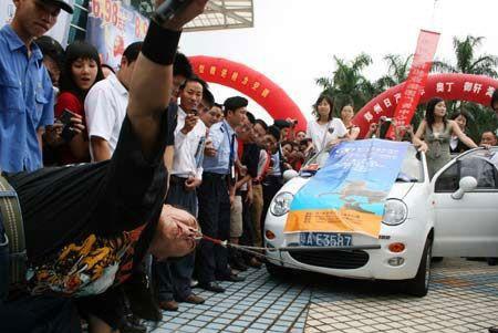 مردی که با دماغ خود ماشین را جابجا میکند (عکس)