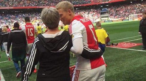 قدردانی از مادرها به سبک فوتبالی + تصاویر
