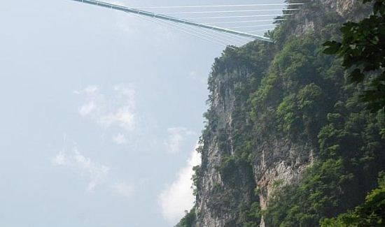 ساخت پل شیشه ای ترسناک در بین 2 دره + عکس