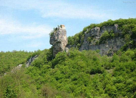 کلیسایی جالب که بر روی یک صخره ساخته شده است