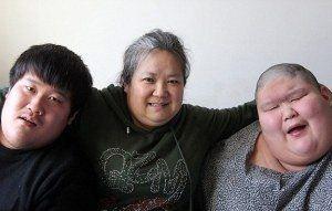 عشق و نگهداری مادر از دو فرزند بیمار خود