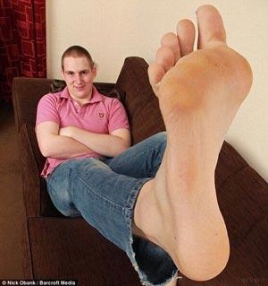 پسری با بزرگترین پاهای دنیا (عکس)