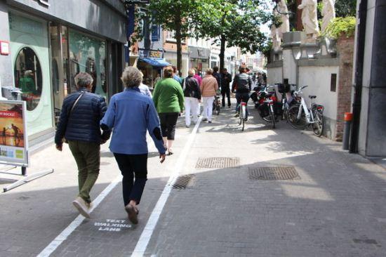 معتادان موبایل این خیابان را دوست خواهند داشت + عکس