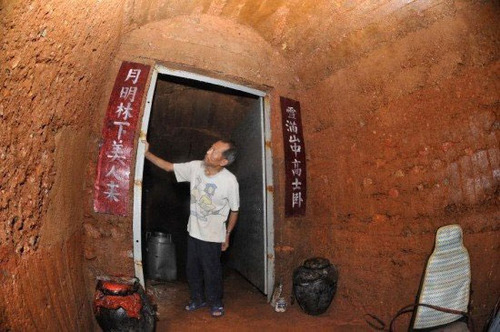 10 سال زندگی در غار برای تحمل طلاق + تصاویر