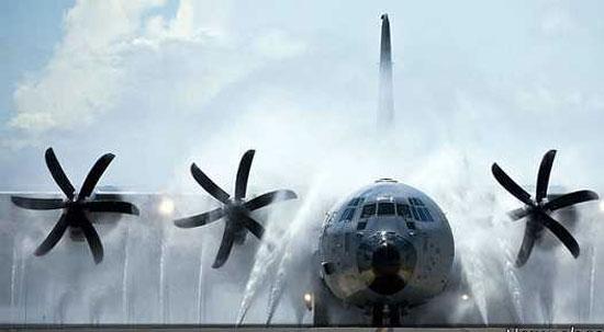 روش جالب شستشوی هواپیما (عکس)