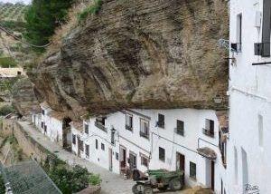 روستایی که یک تخته سنگ آسمانش است + تصاویر