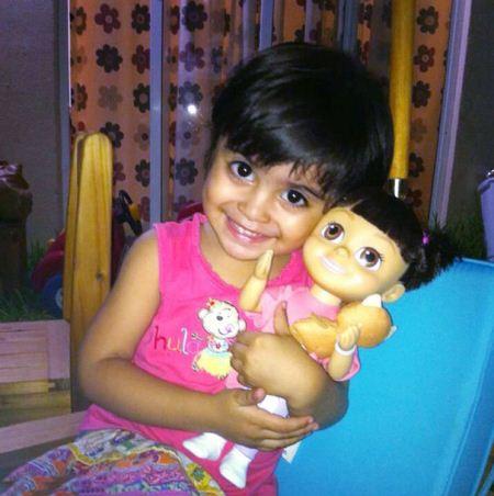 عکس های کودکان بامزه در کنار عروسک های شبیه خود