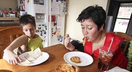 این مادر و پسر بدون دست زندگی می کنند (عکس)