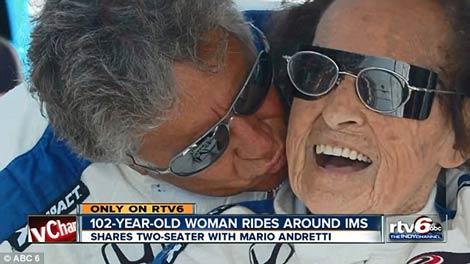 رانندگی زن 102 ساله در پیست اتومبیلرانی (+عکس)