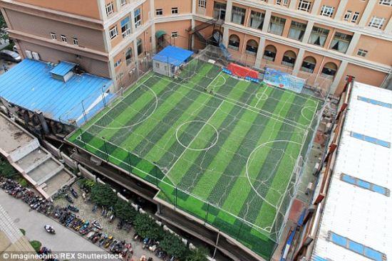 سقف این پارکینگ یک زمین فوتبال است + تصاویر