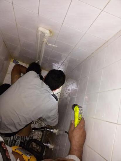 گیر کردن دست مرد تهرانی در سرویس بهداشتی (عکس)