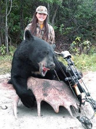 دختری که با کمانش این خرس را از پا در آورد (+عکس)