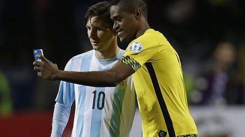 وقتی بازیکن حریف هم با مسی سلفی می گیرد (عکس)