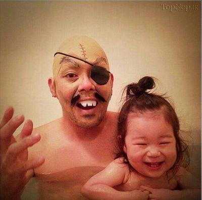 عکس های طنز از حمام بردن کودک
