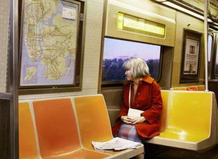 زنی که خودش را شبیه پیرزن ها می کند + عکس