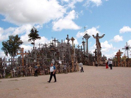 تپه ای جالب پوشیده شده از صلیب + تصاویر