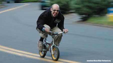 مسابقه دوچرخه سواری بزرگسالان با دوچرخه های کوچک