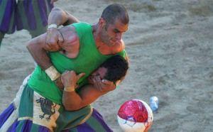 اینجا زمین فوتبال است یا میدان جنگ؟ (عکس)