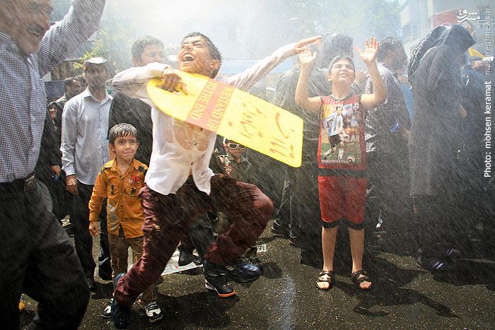 عکس هایی از خنک کردن مردم با آب در روز قدس