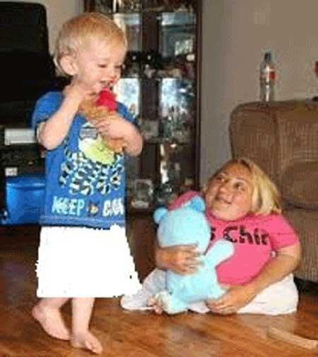 مادری که از پسر 2 ساله خود کوچک تر است + عکس