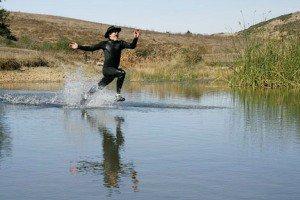 انسان می تواند روی آب راه برود؟