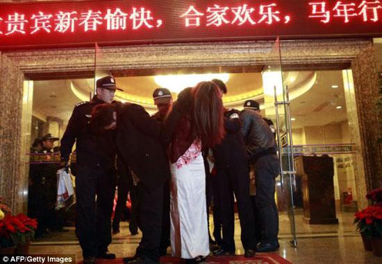 مرکز فحشا در چین با 70 پسر و دختر عریان منهدم شد + تصاویر