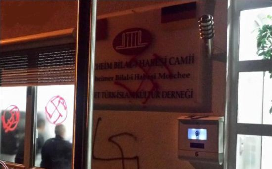 کشیدن نماد هیتلر بر دیوار مسجد در آلمان + عکس