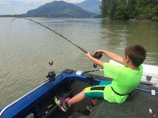 صید بزرگ ترین ماهی دنیا توسط این پسربچه + تصاویر