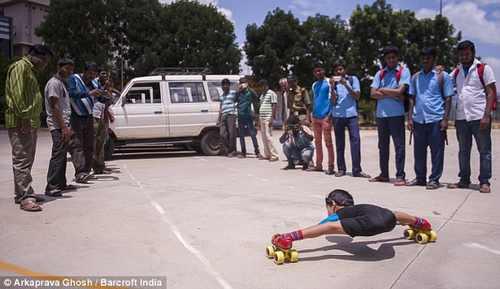 پسر بچه اسکیت سوار هندی همه را شگفت زده کرد (+عکس)