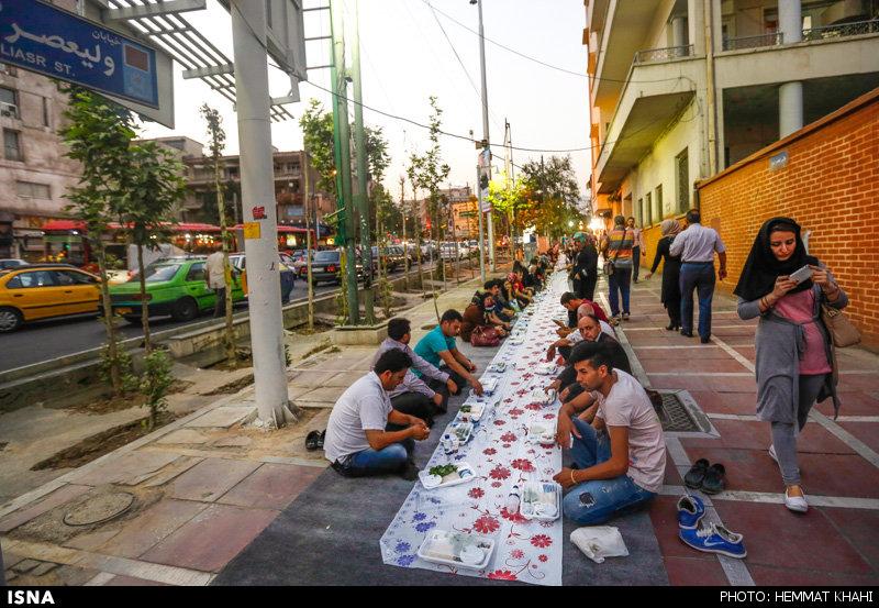 سفره افطار در پیاده رو تهران ( تصویری)