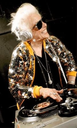 """""""مادر راک"""" پیرترین زن دی جی دنیا + عکس"""