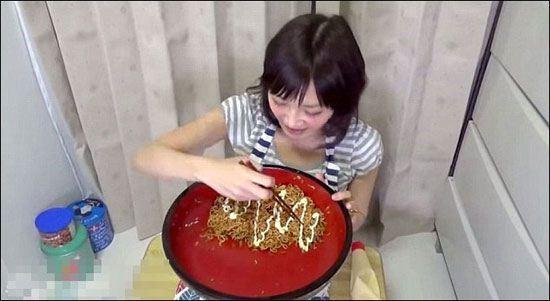 ببینید این زن لاغر اندام چه غذایی میخوره (عکس)