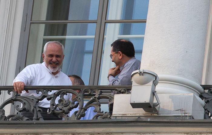 خنده ظریف روی بالکن هتل کوبورگ + عکس