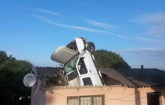 فرود ماشین به داخل خانه از آسمان + عکس