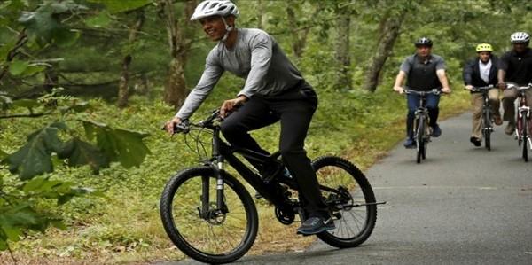 عکس دوچرخه سواری اوباما و دخترش در تعطیلات