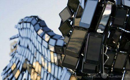 مجسمه ای که از 3500 گوشی ساخته شده است (عکس)