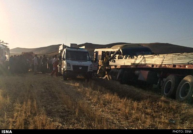 تصاویر تصادف مرگبار اتوبوس با تریلر با بار آهن + تصاویر