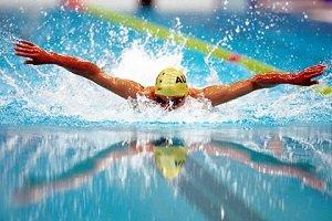 قهرمان شنا بر روی سکو از دختر مورد علاقه اش خواستگاری کرد + عکس