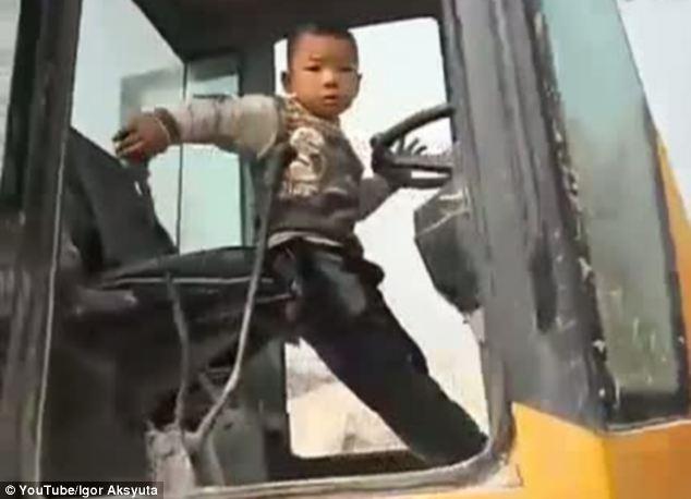 این پسر بچه چینی راننده لودر شده است + تصاویر