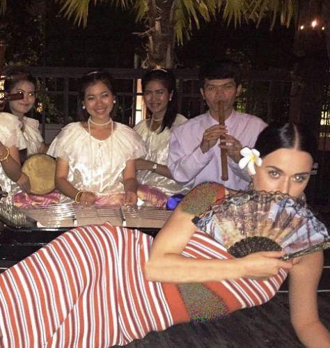 وقتی کیتی پری در تایلند عقرب می خورد! + عکس