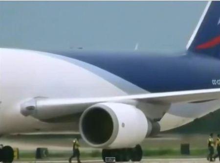 تصاویر دلخراش از بلعیده شدن کارگر فرودگاه توسط موتور هواپیما
