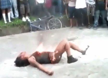 آتش زدن دختر 16 ساله در خیابان توسط ارازل و اوباش