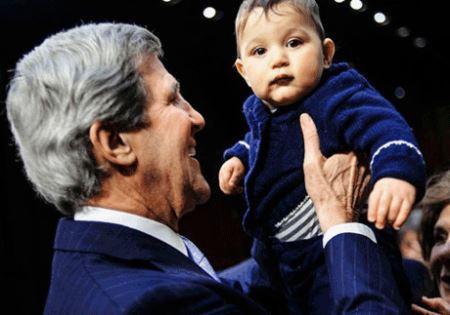 خوشحالی جان کری از آغوش گرفتن نوه ایرانی اش (عکس)