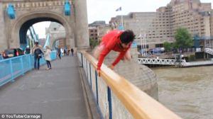 پریدن پسر جوان از پل برای مقابله با ترس + عکس
