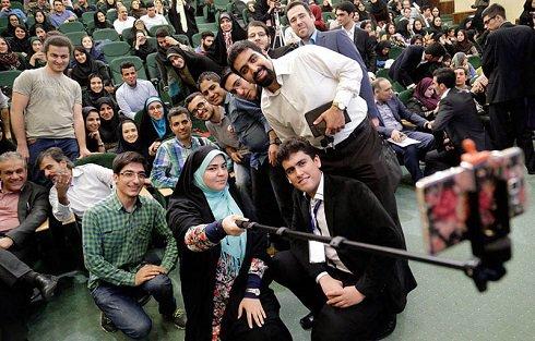 سلفی عده ای از دانشجویان با عادل فردوسی پور
