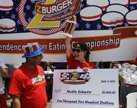 مسابقه خوردن همبرگر در واشنگتن + تصاویر