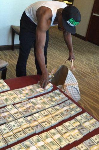 فخرفروشی جنجالی پردرآمدترین ورزشکار دنیا با پول هایش (عکس)